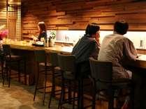 【バーラウンジ】ラウンジのカウンターは夜になるとバーに。夕食の後に、湯上りにちょっと一杯の贅沢