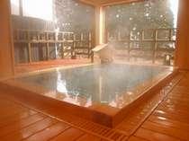木の香漂う癒しの檜風呂。窓を開け放てば、蔵王連峰を一望でき、露天風のお風呂に!