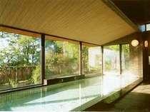 大きな窓が解放的な大浴場。旅の疲れも天然温泉で解きほぐされます。