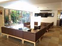 1階ロビーでは大画面TVとソファを完備!ゆっくりとお寛ぎ下さいませ。