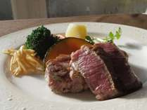 【あか牛ヒレ】程よい焼き加減でお肉の旨みが味わえる♪/例