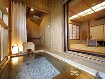 【山桜の間】12畳半のゆったりとした和室。新鮮なかけ流しの湯が滾々と注ぐ室内半露天。