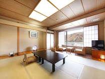 【10畳和室】落ち着きのある和室。高台に建つので眺めもいい。全室ユニットバス・洗浄器付トイレ完備。