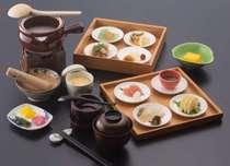 4月~12月朝食『八華の朝粥膳』県内産の素材に拘ったお料理を絶品粥とともにお楽しみ下さいませ。