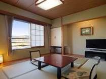山側和室一間(6畳+ユニットバス):客室からの眺望は街並み・山です