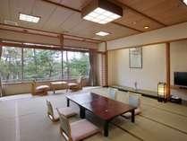 3階和室一間(21畳+広縁+内風呂):ご夕食個室会場通路奥の客室で、眺望は松林です