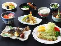 【Aプラン夕食一例】地元素材をふんだんに使用!10~12品ほどでボリューム満点です★