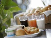 クロワッサンにオリジナルスープ、ヨーグルト、ジュースと季節により替えさせていただいております。