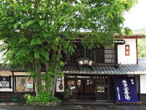 *外観/奥行きのある日本の伝統旅館の佇まい。木々や小さな花々と一緒に皆様をお迎えいたします