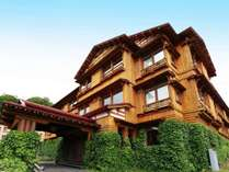 宮大工の技術を競わせたと伝えられる。天然秋田杉を配した木造三階建。杉の半丸太を張り詰めた贅沢な造り
