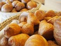 【朝食ビュッフェ:焼き立てパン】おひとついかがでしょう。