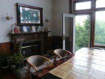 暖炉の前のイタリアンタイル貼りの大テーブルは癒しの空間