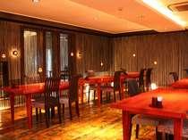 自然木のテーブルが並ぶ、森をイメージしたお部屋です。
