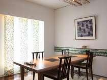 自然木のテーブルで、森の香りただよう個室のお部屋です。