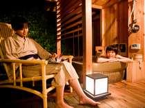 ゆったりと広いお部屋から見えるのは、あなただけの個室露天温泉。