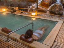 天空の滝見露連風呂には寝湯もあり、足を伸ばして滝を眺める至福のひとときをどうぞ!