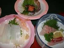 海辺ならではの旬のお魚会席料理の一例です。季節や水揚げの状況により器や料理内容が変わります