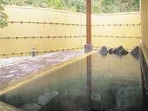 川のせせらぎ、鳥や虫、かじかカエルの美しい音色が聞こえるかじか荘自慢の露天風呂