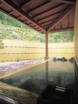 川のせせらぎ、鳥や虫、かじかかえるの美しい音色が聞こえるかじか荘自慢の露天風呂