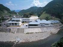 清流貴志川の畔に建つ静かな一軒宿