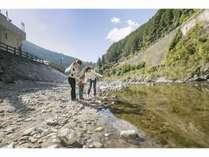 施設前を流れる清流「貴志川」釣りや夏は川遊びも楽しめる。
