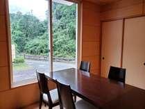 清流を眺めながらお食事を楽しめる日帰りプラン用の宴会場小部屋