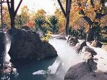 本館宿泊者専用の貸切露天岩風呂☆四季折々の景色が楽しめます。