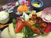 幼児用【お子様ランチ一例】です。このプランの小学生は大人と同じお料理をお出しいたします。