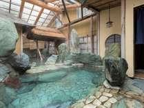 【混浴露天 隆泉庵】巨石を配し東尋坊をイメージした自慢の露天風呂