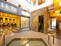 【平安の湯】静かにステンドグラスから差し込む彩鮮やかな光と専用源泉が楽しめる美肌の湯