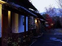 [写真]薄暮の時間のゆすらうめ外観。向こう側に由布岳も望める