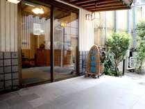 *【玄関】新館・本館側入口です。新館と本館は繋がっております。