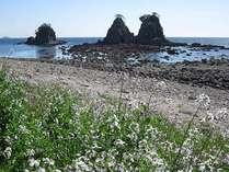 弓ヶ浜の隣にある奇岩の美しい浜、逢ヶ浜。シュノーケリングや磯遊びに最適の浜。徒歩9分。