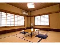 8畳(トイレ付き)の和室は、2~3人用。