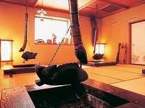 里山の素材を存分に楽しめる囲炉裏料理
