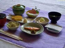 *ご朝食一例。テーブル席のレストランにて和食セットのメニューをお出しします。