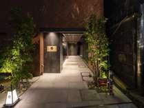 エントランス 夕方には行燈に灯がともりお客様をお迎えいたします。
