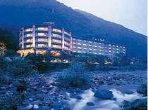 壮大な自然の中に佇むホテルからは谷川の山々や渓谷がご覧頂けます。