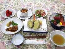 *夕食一例…自家製コシヒカリを使い、女将が手作りにこだわったお料理。