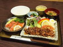 *【夕食全体例】料理長が栄養のバランスを考えて作った、家庭的な料理をお楽しみください。