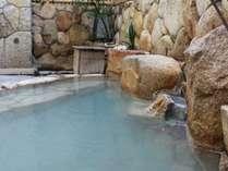 日によって湯の色が変わる。露天風呂