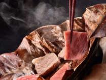 飛騨牛A5ランクサーロインを大きな朴葉の上でジュージュー焼きながら召し上がれ。