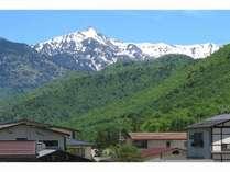 平湯温泉の新緑と笠ヶ岳