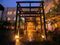 【外観(夜)】ようこそ宝泉寺観光ホテル湯本屋へ!