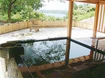 *美しい景色を眺めながら湯ったりと天然温泉を満喫できる「本館露天風呂」。