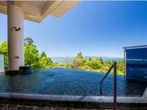 露天風呂から望める壮大な空と蒼い海は絶景!