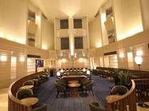 開放感のある大きな吹き抜けのロビーが印象的なホテルです。