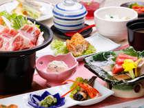 当館の夕食での基本会席料理です。旬の食材や地物にこだわり、季節ごとに内容が変わります。
