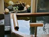 箱庭風の庭園がある畳敷きの貸切風呂