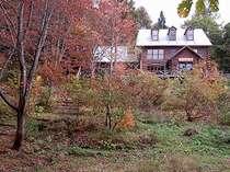 暖炉とアトリエのあるログハウス